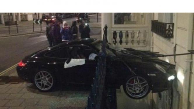 Porsche 911 mengalami kecelakaan di London, Inggris