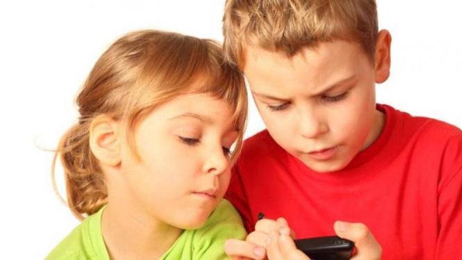 Anak menggunakan smartphone