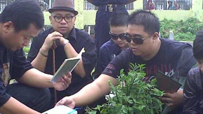 Ramon Papana nyekar ke makam Ade Namnung di hari Valentine