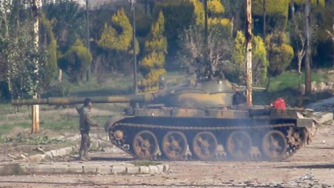 Tank tentara Suriah berjaga di luar kota Homs