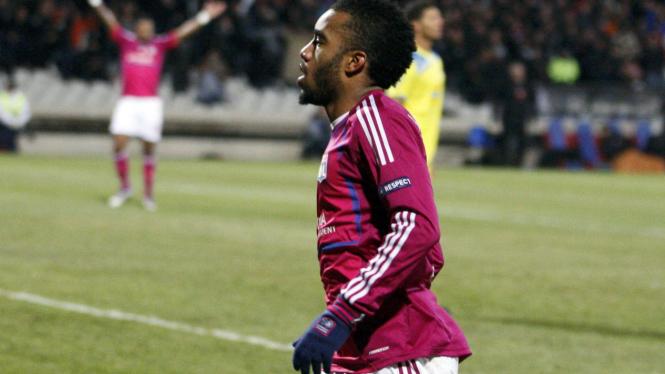 Pemain Lyon, Alexandre Lacazette rayakan gol ke gawang APOEL