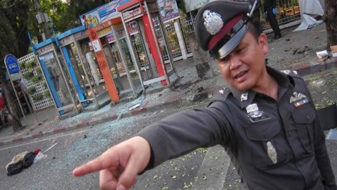 Polisi Thailand berjaga-laga di lokasi ledakan bom di Bangkok