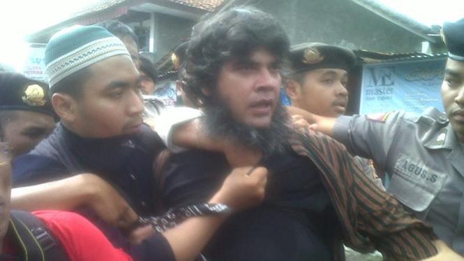 Demo seniman nyaris dikeroyok Majelis Mujahidin Indonesia (MMI)