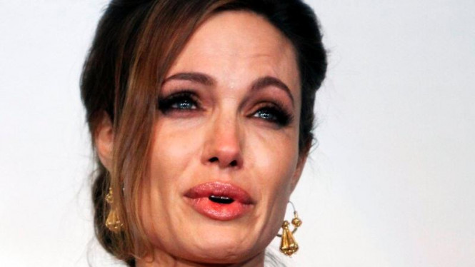Angelina Jolie Menangis di Pemutaran Film In The Land Of Blood And Honey