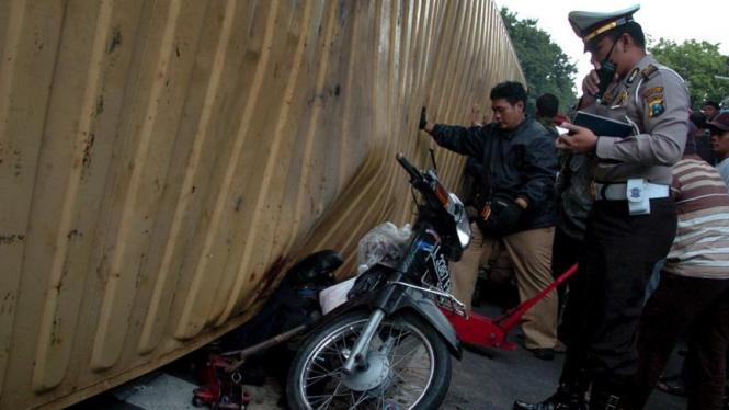 Kecelakaan Kontainer Terguling di Surabaya