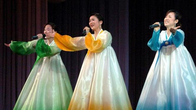 Warga Korut menyanyi di perayaan HUT Kim Jong-il