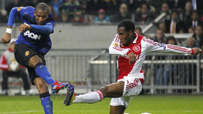 Ashley Young jebol gawang Ajax Amsterdam