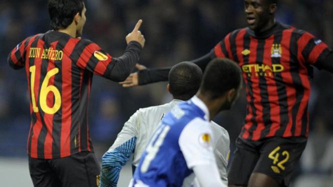 Sergio Aguero rayakan gol bersama Yaya Toure