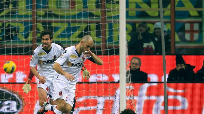 Marco Di Vaio (tengah) usai membobol gawang Inter Milan