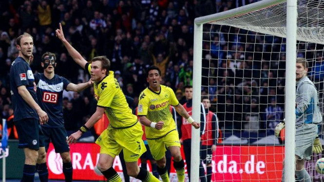 Kevin Grosskreutz (tengah) merayakan gol Dortmund ke gawang Hertha Berlin