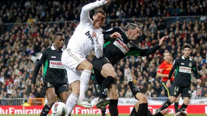 Cristiano Ronaldo (tengah) saat Real Madrid melawan Racing Santander