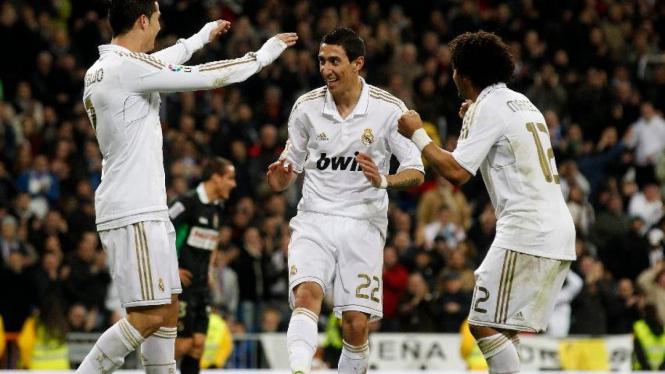 Real Madrid merayakan gol Angel Di Maria (tengah) saat lawan Racing Santander
