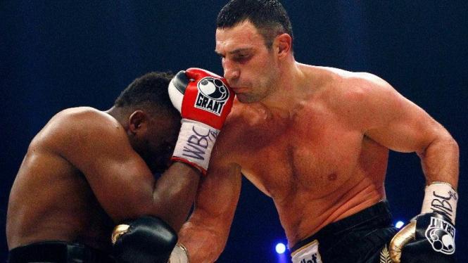 Pertarungan Vitali Klitschko (kanan) melawan Dereck Chisora