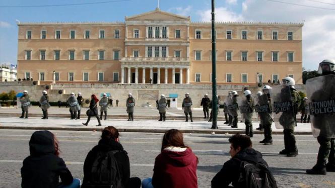 Demonstran duduk di depan gedung parlemen Yunani