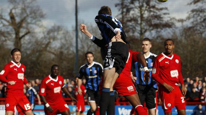 Petr Crouch cetak gol ke gawang Crawley