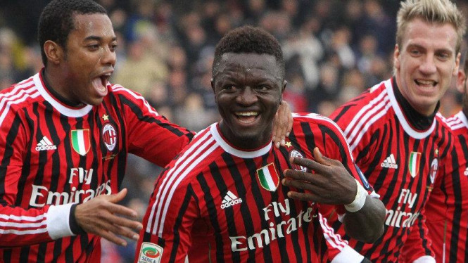 Sulley Muntari (tengah) mencetak gol debut bersama Milan ke gawang Cesena