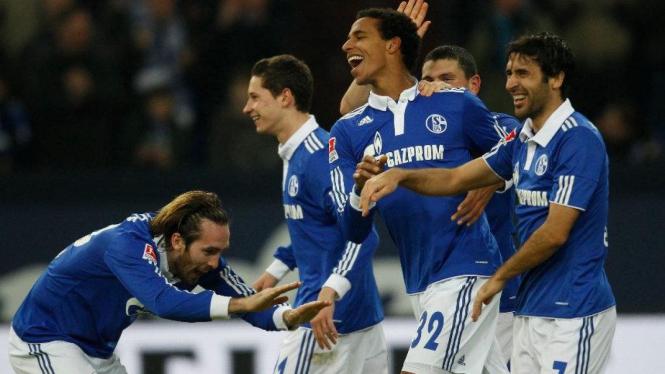 Pemain Schalke merayakan gol ke gawang Wolfsburg