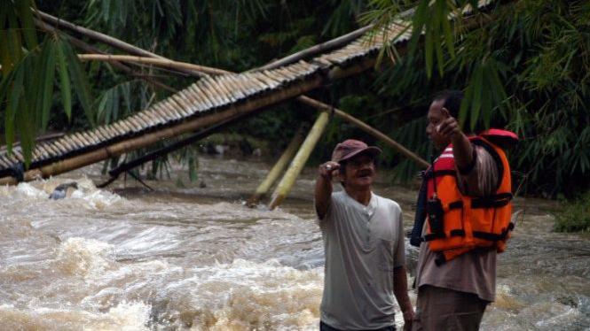 Jembatan ambruk di Sungai Cihideung, Bogor