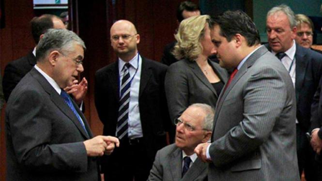 PM Yunani Lucas Papademos (Ki) berbincang di perundingan bailout