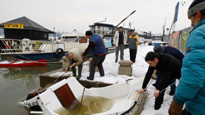 Kapal terbalik di sungai Danube akibat es mencair