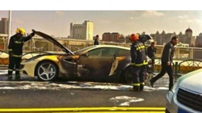 Ferrari FF terbakar di China