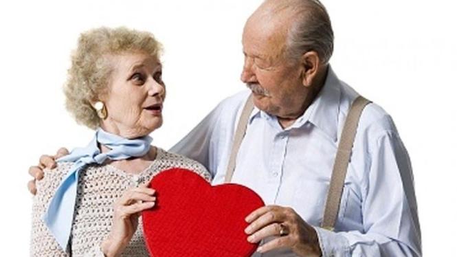 pasangan kencan di usia lanjut