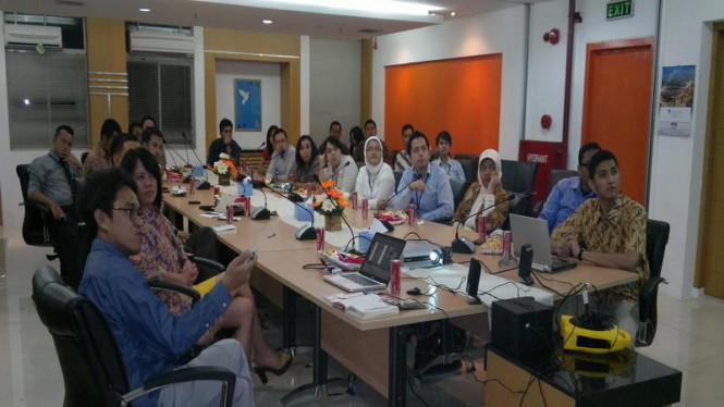 Sutradara Riri Riza memberi presentasi kepada para diplomat muda Indonesia