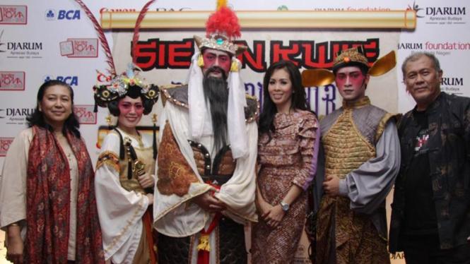 Ratna Riantiarno, N Riantiarno dan pemain Sie Jin Kwie