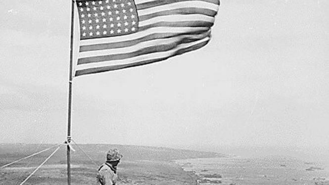 Pasukan AS dirikan bendera usai kalahkan Jepang di Iwo Jima.
