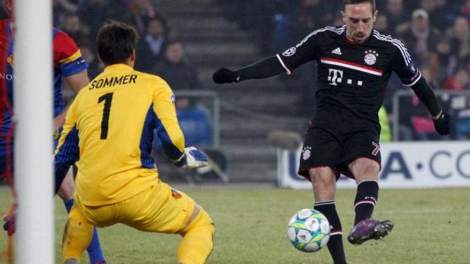 Gelandang Bayern Munich Franck Ribery (kanan) saat lawan FC Basel