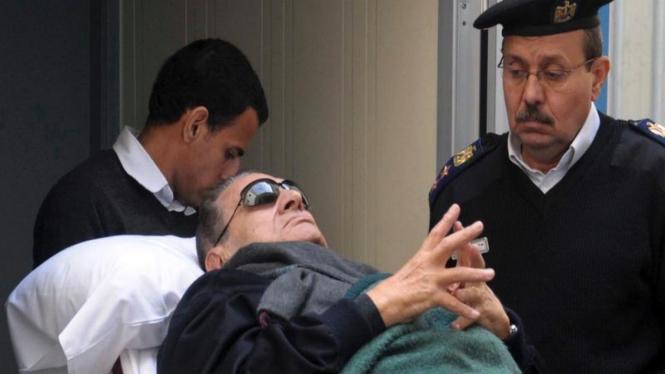 Hosni Mubarak terbaring di atas ranjang selama diadili