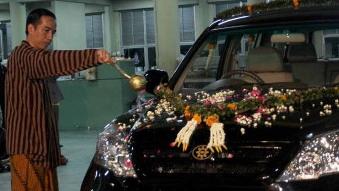 Walikota Solo, Joko Widodo, menggelar jemasan untuk mobil Kiat Esemka