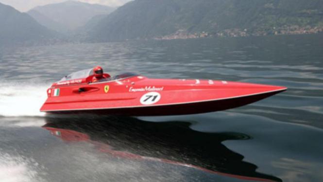Speed boat bermesin Ferrari