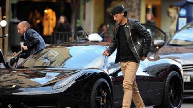 Mesut Ozil dengan Ferrari 458