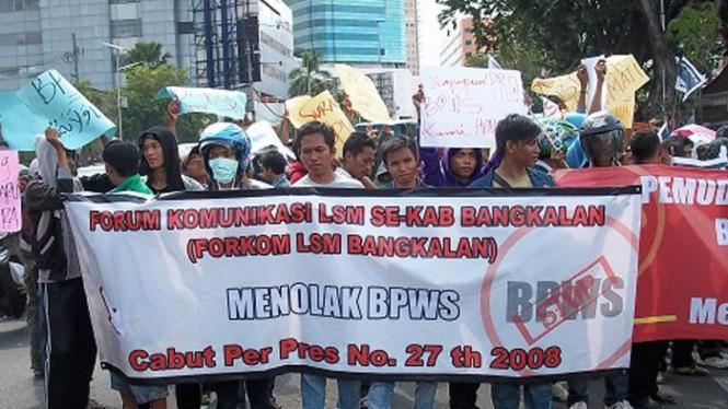 Warga Madura menggelar aksi demonstrasi menuntut pembubaran BPWS