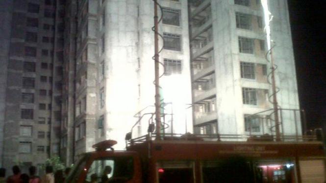 Mobil pemadam kebakaran membantu evakuasi wanita yang hendak bunuh diri