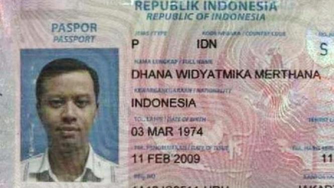 Gambar paspor Dhana Widyatmika yang beredar di Facebook