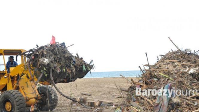 Pantai Kuta dipenuhi sampah