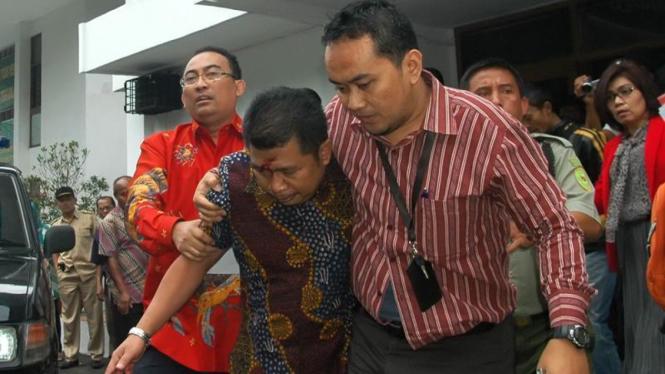 Pengacara Firman Wijaya membantu jaksa Sistoyo yang terluka