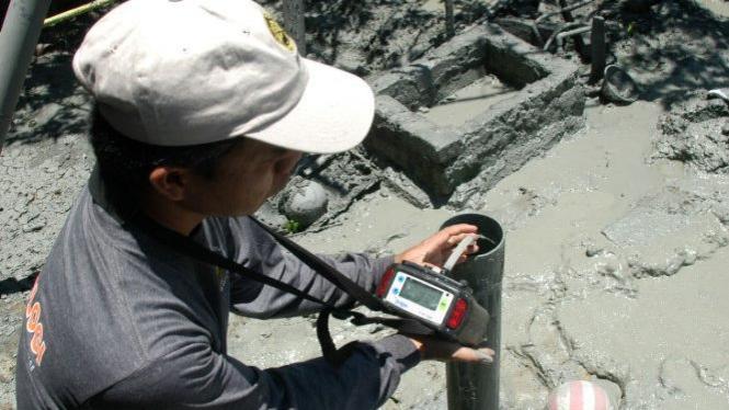 Petugas Pusat Vulkanologi uji kandungan semburan gas di Pamekasan, Madura