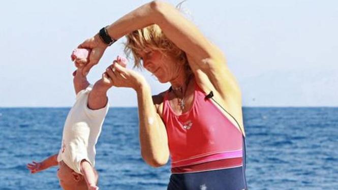 Sesi latihan yoga bayi Lena Fokina