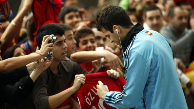 Cesc Fabregas tanda tangan di seragam Real Madrid
