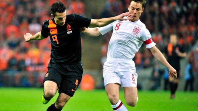 Scott Parker (Timnas Inggris/kanan) dan Robin van Persie (Timnas Belanda)