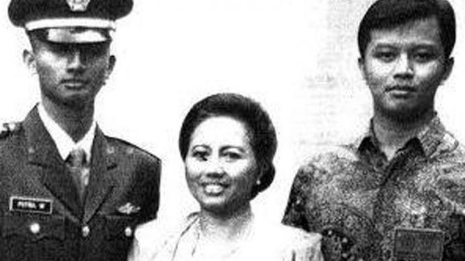 Dhana Widyatmika, adik dan ibunya