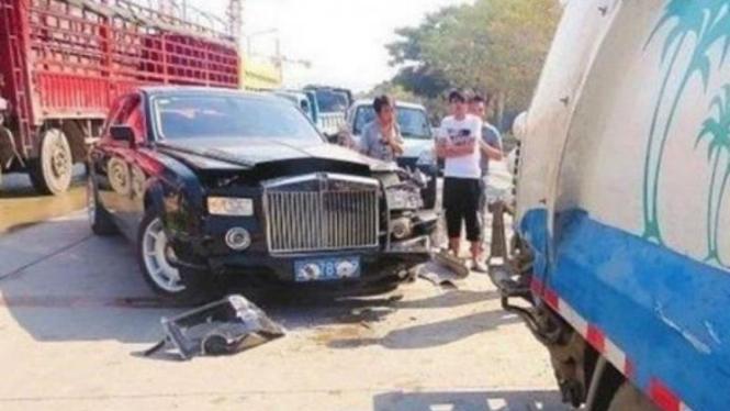 Rolls Royce Phantom mengalami kecelakaan di China