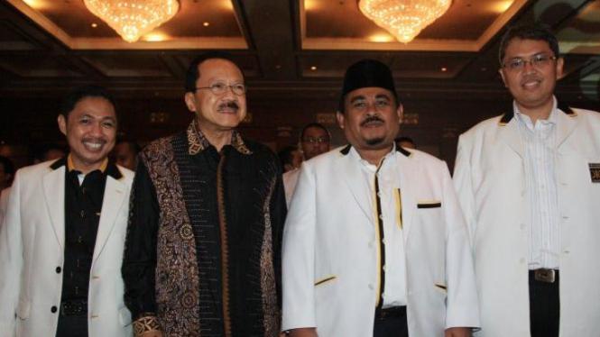 Fauzi Bowo diapit Sekjen PKS Anis Matta dan Presiden PKS Luthfi Hasan