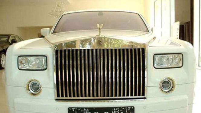 Rolls Royce Phantom berlapis emas
