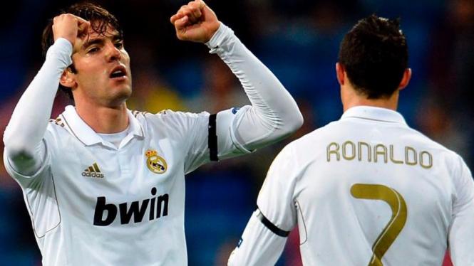 Kaka (kiri) usai mencetak gol ke gawang APOEL