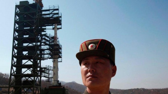 Tentara Korea Utara berjaga di depan roket Unha-3