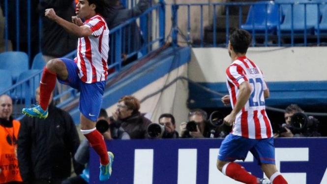 Striker Atletico Madrid Radamel Falcao (kiri) merayakan gol ke gawang Valencia